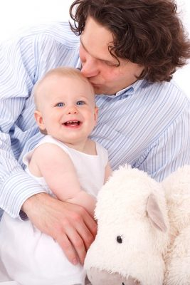 papa donne le biberon au bébé allaité