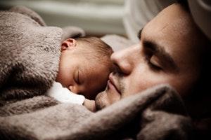 coliques bébé peau à peau